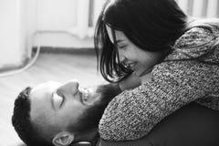 Homem e mulher que encontram-se no assoalho Fotos de Stock