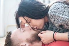 Homem e mulher que encontram-se no assoalho Imagens de Stock Royalty Free