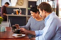 Homem e mulher que encontram-se sobre o café em um restaurante fotos de stock royalty free