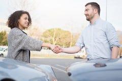 Homem e mulher que encontram um acordo após o acidente de trânsito Fotos de Stock