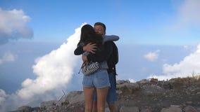 Homem e mulher que estão na borda da garganta bonita, braços victoriously outstretching acima e abraçando-se filme