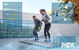Homem e mulher que exercitam no banco fora Fotos de Stock Royalty Free
