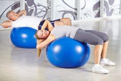 Homem e mulher que exercitam no gym Imagem de Stock