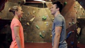 Homem e mulher que exercitam no gym de escalada interno vídeos de arquivo