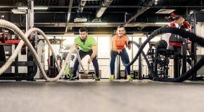 Homem e mulher que exercitam no gym foto de stock