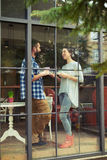 Homem e mulher que falam ao beber o café Fotografia de Stock