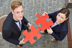 Homem e mulher que guardam o vermelho grande Foto de Stock Royalty Free