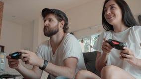 Homem e mulher que jogam jogos de v?deo em casa video estoque