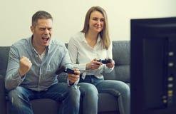 Homem e mulher que jogam o jogo de v?deo foto de stock