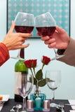 Homem e mulher que levantam vidros do vinho fotografia de stock