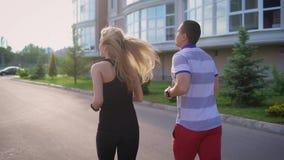 Homem e mulher que movimentam-se na cidade Exercícios da manhã e estilo de vida desportivo filme