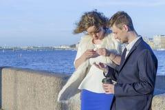 Homem e mulher que olham moedas Fotografia de Stock Royalty Free