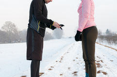Homem e mulher que preparam-se para correr no dia de inverno Imagem de Stock