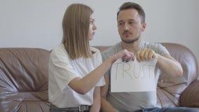Homem e mulher que rasgam distante a confiança da palavra escrita no papel Problemas no relacionamento entre o homem e a mulher video estoque