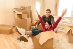 Homem e mulher que têm o divertimento na casa nova imagens de stock royalty free