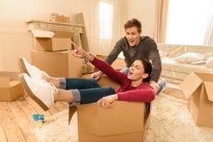 Homem e mulher que têm o divertimento na casa nova fotos de stock