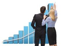 Homem e mulher que trabalham com os gráficos 3d Fotografia de Stock Royalty Free