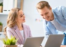 Homem e mulher que trabalham no escrit?rio imagens de stock