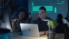 Homem e mulher que trabalham no portátil filme