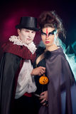 Homem e mulher que vestem como o vampiro e a bruxa. Dia das Bruxas fotos de stock