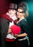 Homem e mulher que vestem como o vampiro e a bruxa. Dia das Bruxas imagens de stock