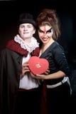Homem e mulher que vestem como o vampiro e a bruxa. Dia das Bruxas foto de stock