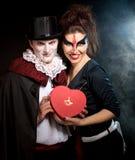 Homem e mulher que vestem como o vampiro e a bruxa. Dia das Bruxas imagens de stock royalty free