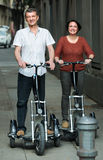 Homem e mulher que viajam por bicicletas Imagem de Stock