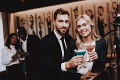 Homem e mulheres felizes Álcool bebendo Divertimento clubbing imagens de stock royalty free