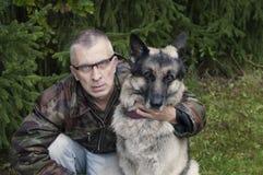 Homem e o seu protetor Dog Fotografia de Stock Royalty Free