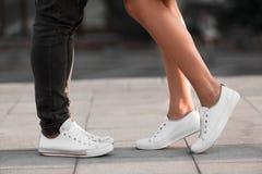 Homem e pés fêmeas durante a data, par que beija na cidade imagens de stock royalty free