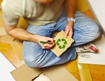 Homem e papel do recicl Fotos de Stock Royalty Free
