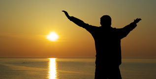 Homem e por do sol Fotos de Stock Royalty Free