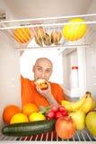 Homem e refrigerador Fotografia de Stock