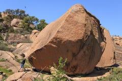 Homem e rocha grande Imagens de Stock Royalty Free
