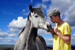 Homem e seu cavalo fotografia de stock