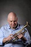 Homem e seu retrato da trombeta Imagem de Stock
