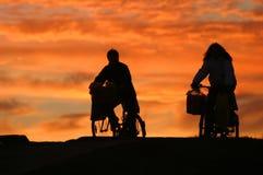Homem e uma mulher em bicicletas fotografia de stock royalty free