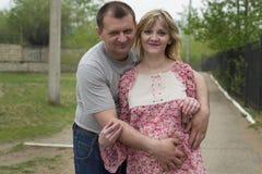 Homem e uma mulher gravida no parque Imagem de Stock Royalty Free