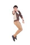Homem ectático que mostra o salto dos polegares acima da alegria e do excitamento Fotografia de Stock
