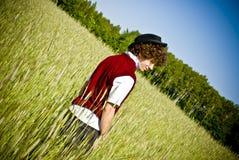 Homem elegante entre o campo de milho Imagens de Stock