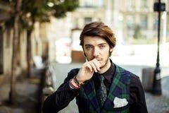 Homem elegante na manta na rua Imagem de Stock