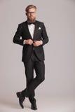Homem elegante novo que fecha seu revestimento Fotografia de Stock