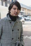 Homem elegante que levanta na semana de moda do ` s de Milan Men Imagens de Stock