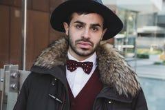 Homem elegante que levanta na semana de moda do ` s de Milan Men Imagem de Stock