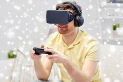 Homem em auriculares da realidade virtual com controlador Foto de Stock