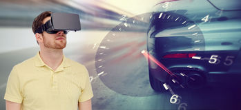 Homem em auriculares da realidade virtual e em jogo das corridas de carros Foto de Stock Royalty Free