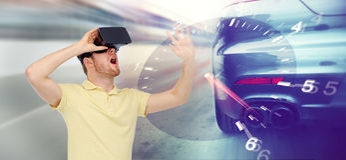 Homem em auriculares da realidade virtual e em jogo das corridas de carros Imagem de Stock