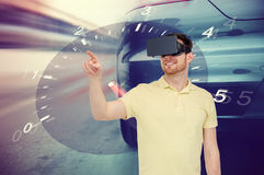 Homem em auriculares da realidade virtual e em jogo das corridas de carros Foto de Stock