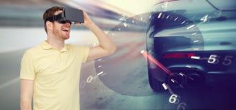 Homem em auriculares da realidade virtual e em jogo das corridas de carros Fotografia de Stock